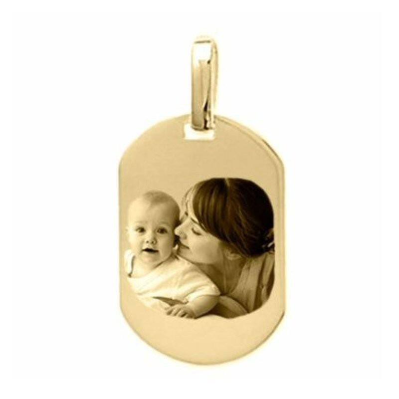 Médaille tonneau or 18 carats gravée avec une photo.
